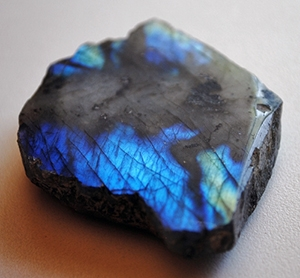 Камень лабрадорит