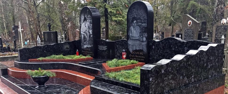 Памятник из лабрадорита