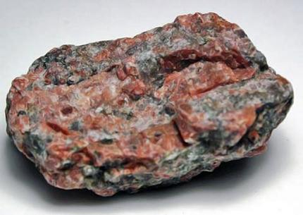 Камень красный гранит